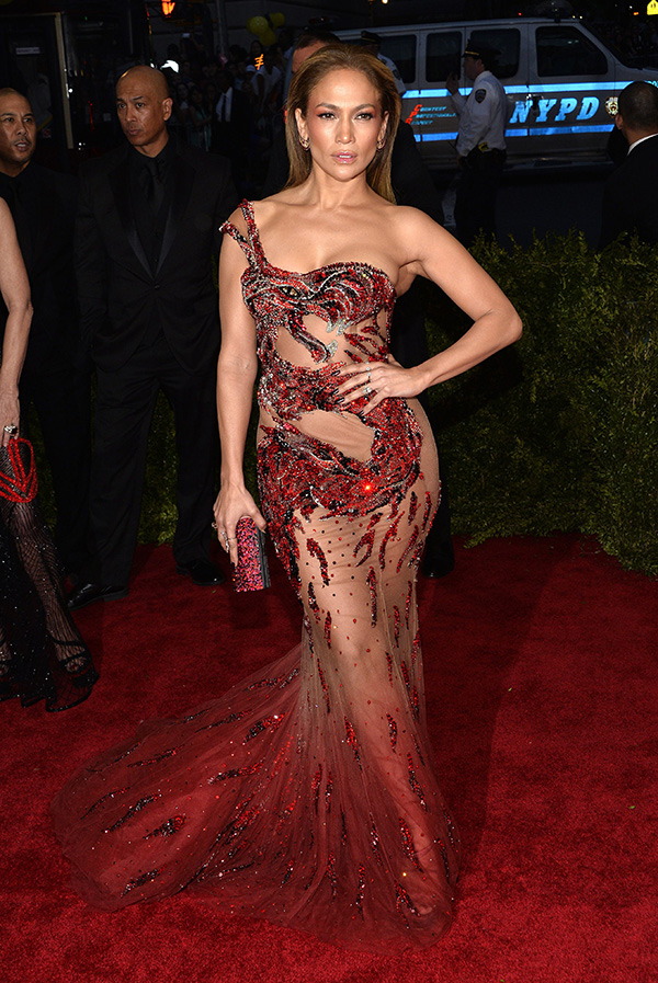 Jennifer López, otra con un escasísimo vestido, en este caso de Atelier Versace