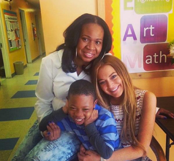 Lindsay Lohan, ayer, en el centro infantil de NY en el que cumple su trabajo comunitario. Foto: IG @lindsaylohan