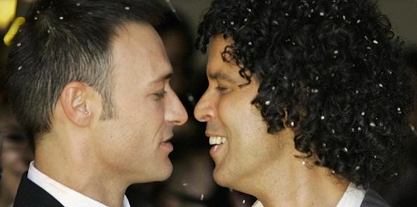 Pedro Zerolo y su marido, Jesús Santos, en uno de los días más felices de su vida. Foto: © Gtres