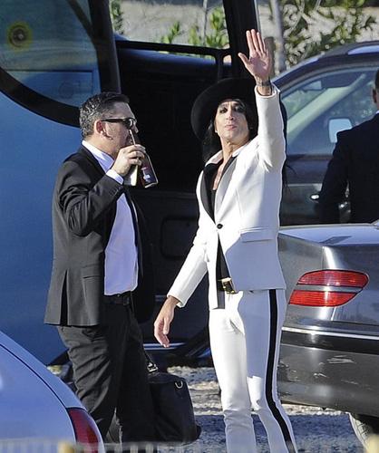 Mario Vaquerizo saluda a los fotógrafos. Está con Miguel, una de las Nancys Rubias. © Gtres