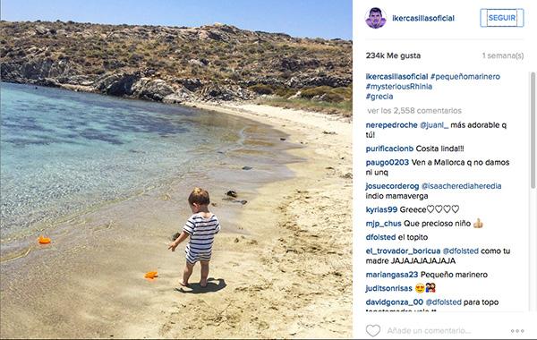 El pequeño Martín juega en la playa, ajeno a todo.