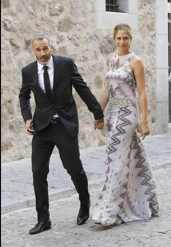 Alex Corretja y Martina Klein, en la boda de Alba y Feliciano. © Gtres