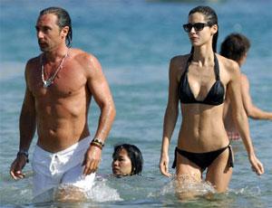 Todas las mazinguer luciendo biquini en la playa la for Ariadne artiles y su pareja