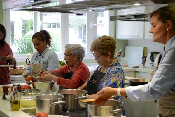 Pepita, junto con algunas compañeras, enseñando cocina en uno de los Authentic Tours. Imagen: Amigos de los Mayores