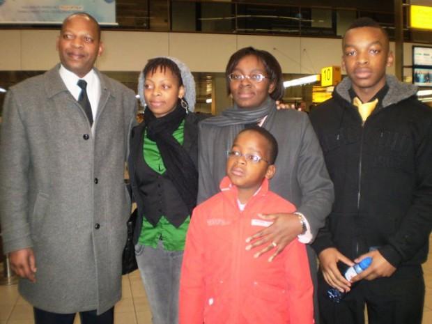 Despedida en el aeropuerto. Victoire Ingabire con su familia. Imagen familiar.
