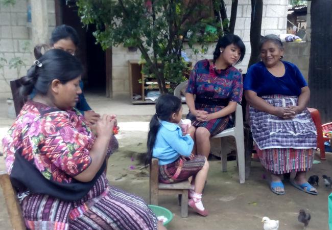 Reunión de mujeres indígenas de Guatemala en el patio de una casa. Imagen del documental Ruda, de June Fernández para Oxfam Intermón.