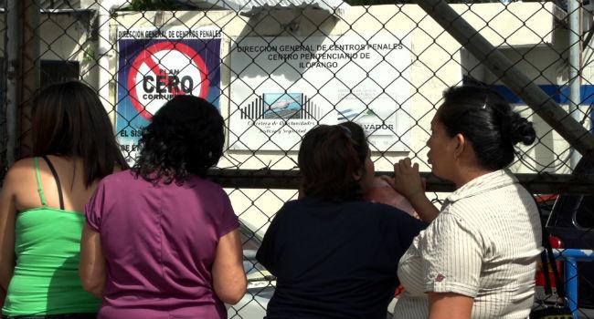 Cecilia Vázquez, en la prisión de San Salvador. Imagen: Amnistía Internacional.
