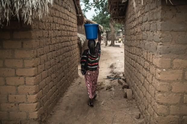 Una mujer transporta agua en un barrio de Bria (República Centroafricana). Imagen de Pablo Tosco / Oxfam Intermón.