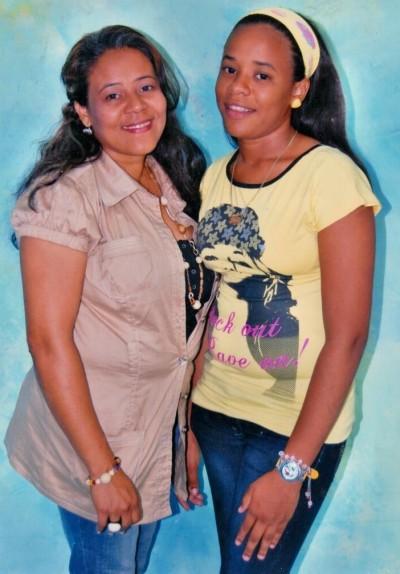 Doña Rosa con su hija Rosaura. Imagen de archivo familiar.