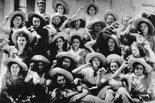 Jóvenes celebran el logro del voto femenino en 1931. Imagen: mujeresenred.