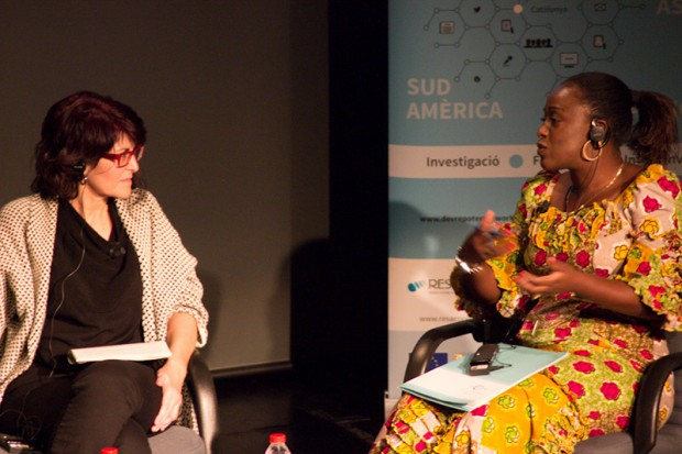 Caddy Adzuba (dcha) junto a la periodista Montse Santolino en el Foro DevReporter celebrado en Barcelona. (c) Bibian Escudero