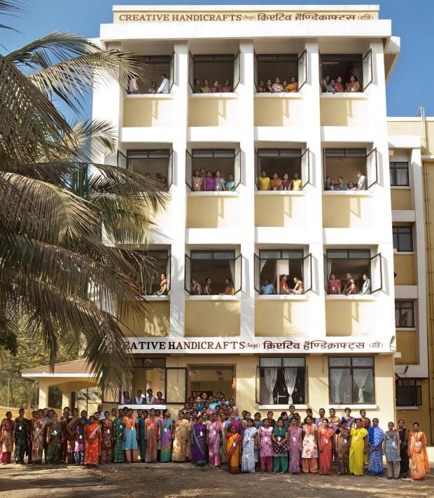 Isabel Martín junto con el equipo de la cooperativa Creative Handicrafts ante el edificio de la organización, en Mumbai (India). Imagen: Nerea Avellaneda.