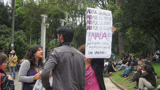 Protestas en el lugar donde apareció el cuerpo de Rosa Elvira. Imagen de Julián Ortega Martínez. Licencia CC.