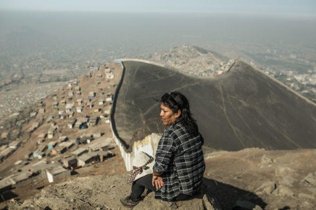 Sara Torres en el muro de la desigualdad, que separa los asentamientos pobres de la zona rica de La Molina. (c) Pablo Tosco