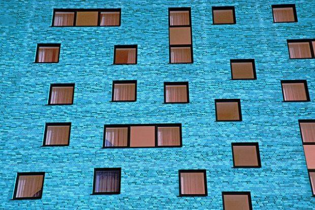 La igualdad debería ser como un edificio bien construido y bien comunicado. Imagen: PixelAnarchy.