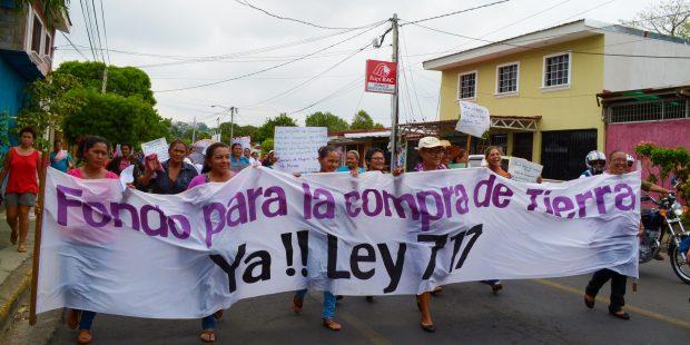 Desde el 2006, cada año las mujeres rurales organizadas le recuerdan al Gobierno de NIcaragua que tiene una deuda con las mujeres rurales. Exigen que se cumpla la ley que otorga tierra a las mujeres. Imagen: coordinadora de mujeres rurales.