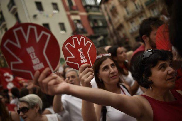 Manifestantes en Pamplona contra la violencia sexual en San Fermín. (GTRES)