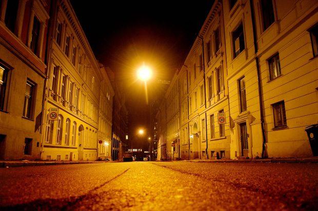 Gate i Oslo. Skummelt, mørkt, skremmende, stemning, natt, opplyst gatemiljø, gatelys, nattestid, ensomt, dystert, høstmørket, gatebelysning, gult gatelys, illustrasjon. Foto: © Luca Kleve-Ruud / Dagsavisen / Samfoto