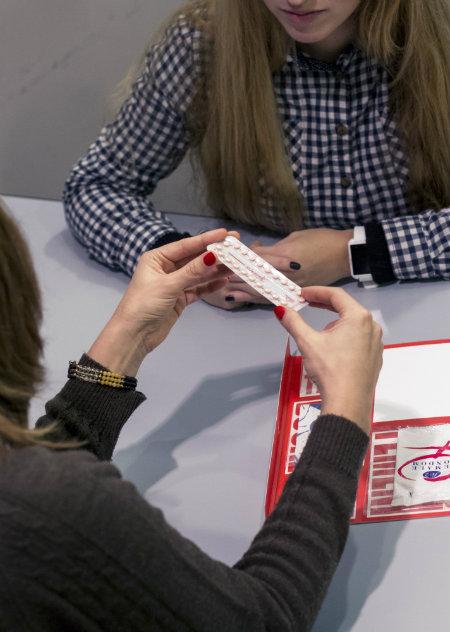 Explicación del uso de métodos anticonceptivos. Imagen: APCIB.