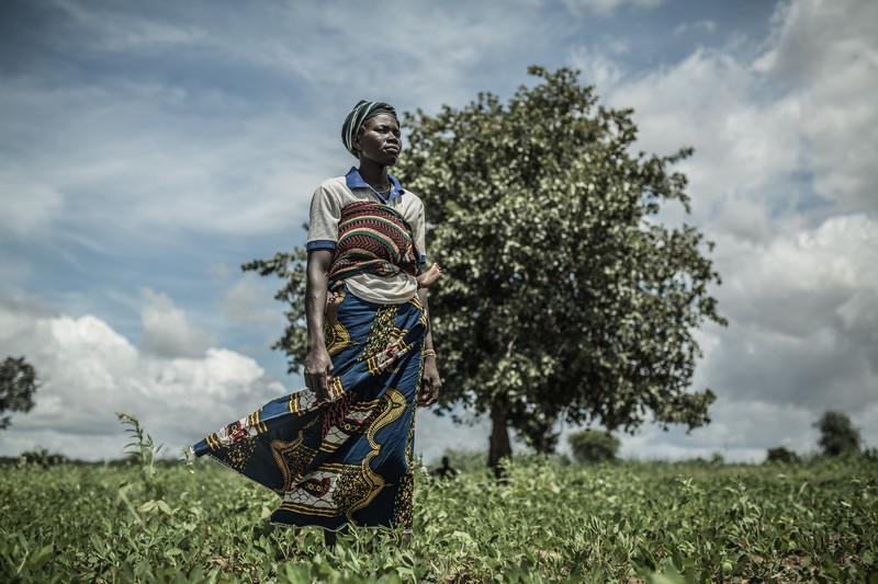 Fati Marmoussa, en su campo de sorgo, en el centro de Burkina Faso. Imagen: Pablo Tosco/Oxfam Intermón.