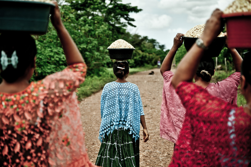 Un grupo de mujeres indígenas llevando maíz en El Petén (Guatemala). Imagen de Pablo Tosco / Oxfam Intermón