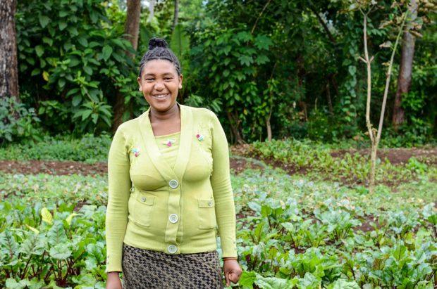 Workalem, una de las agricultoras del proyecto, delante de su huerto. Foto: M. Nonkes/World Vision