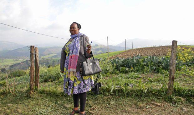Aline Niyonizigiye, agricultora burundesa, ha ampliado sus saberes sobre la gestión de sus cultivos y comparte las enseñanzas entre los hombres y mujeres de su colonia, en la región burundesa de Makamba.