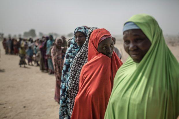 Aisatu junto a un grupo de mujeres en la entrada al campo de desplazados de Muna Garage a las afueras de Maiduguri. Foto: Pablo Tosco/Oxfam