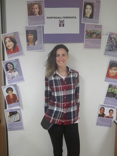Se coloca delante del Photocall Feminista de Oxfam junto con las fotos de mujeres que lideran el movimiento feminista.