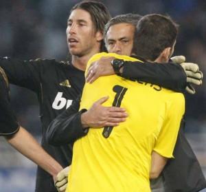 Abrazo entre Casillas y Mourinho en presencia de Ramos en 2011