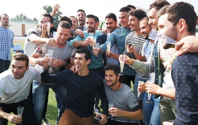 Los jugadores del Villanovense, el año pasado brindando tras el sorteo de Copa
