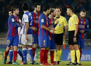 Los jugadores del BArça hablan con el árbitro al final del partido en Anoeta. (EFE)