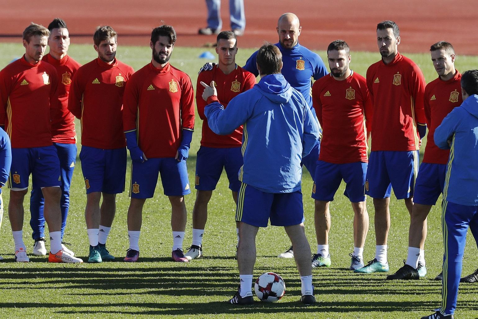 Lopetegui da instrucciones a los jugadores de la selección española en Las Rozas (EFE).