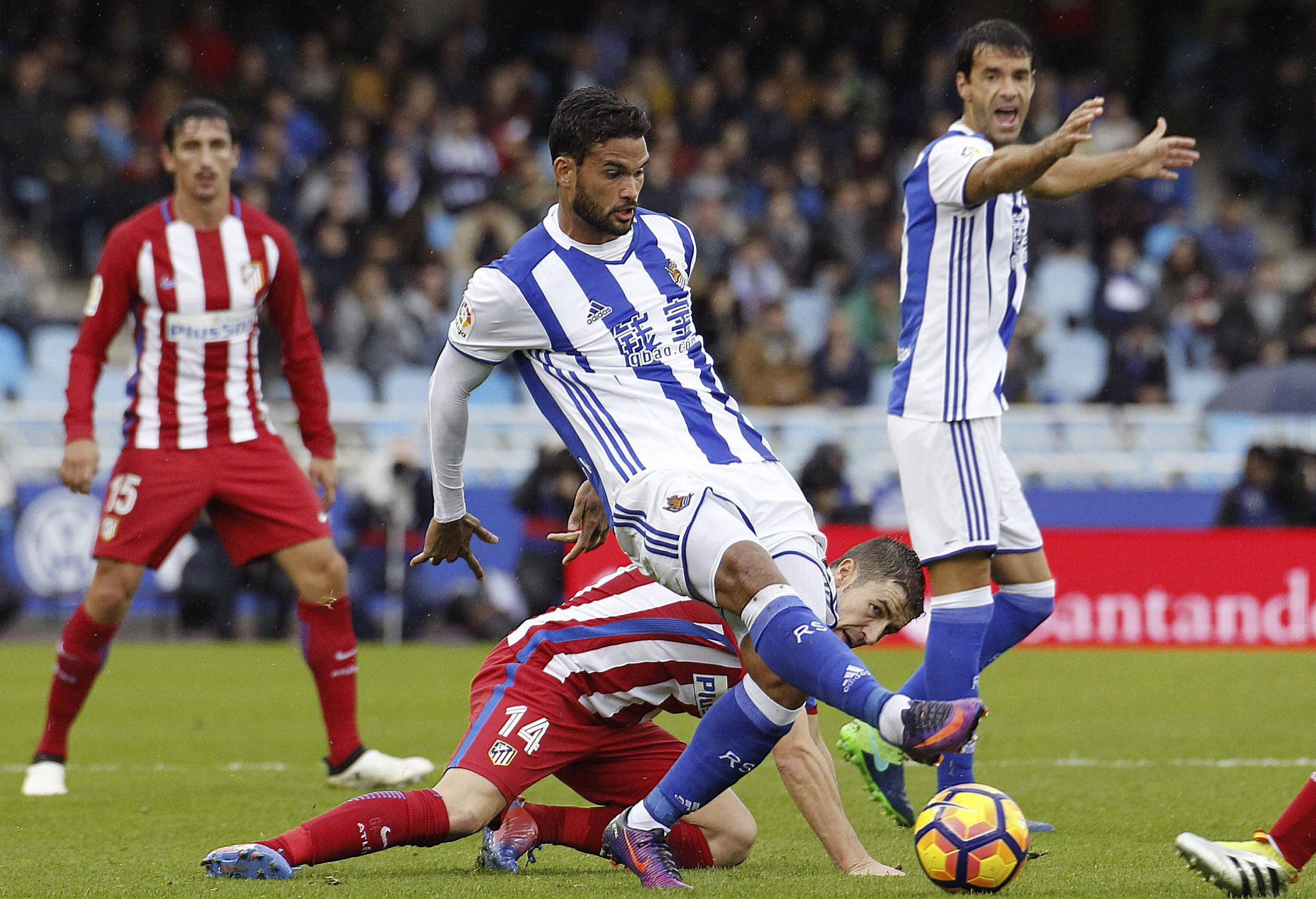 Un lance del partido entre la Real Sociedad y al Atlético de Madrid (EFE).