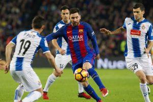 Leo Messi, entre varios jugadores del Espanyol. (EFE)