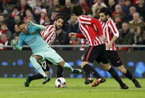 Una jugada de Neymar ante el Athletic