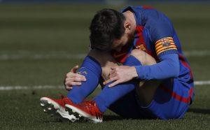 Messi se lamenta en el césped del Benito Villamarín. (EFE)