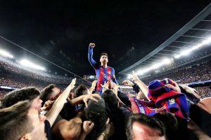 Leo Messi, manteado por sus compañeros al final del partido. (FCB)