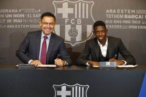 Dembélé y Bartomeu firman el contrato. EFE