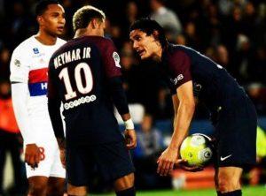 Neymar y Cavani enfrentados por tirar un penalti.