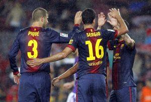 Sergio Busquets y Gerard Piqué celebran un gol. (EFE)