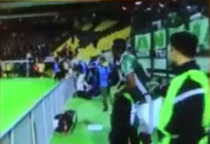 Yerry Mina le roba el equipo a un fotógrafo.