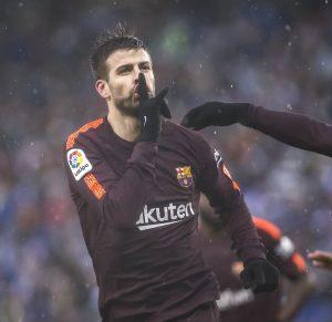 Gerard Piqué manda callar a los aficionados del Espanyol. (EFE)