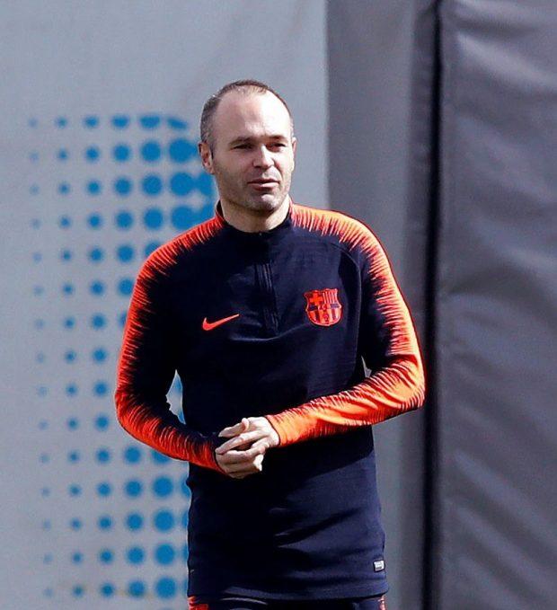 Iniesta, en un entrenamiento con el Barça. (EFE)