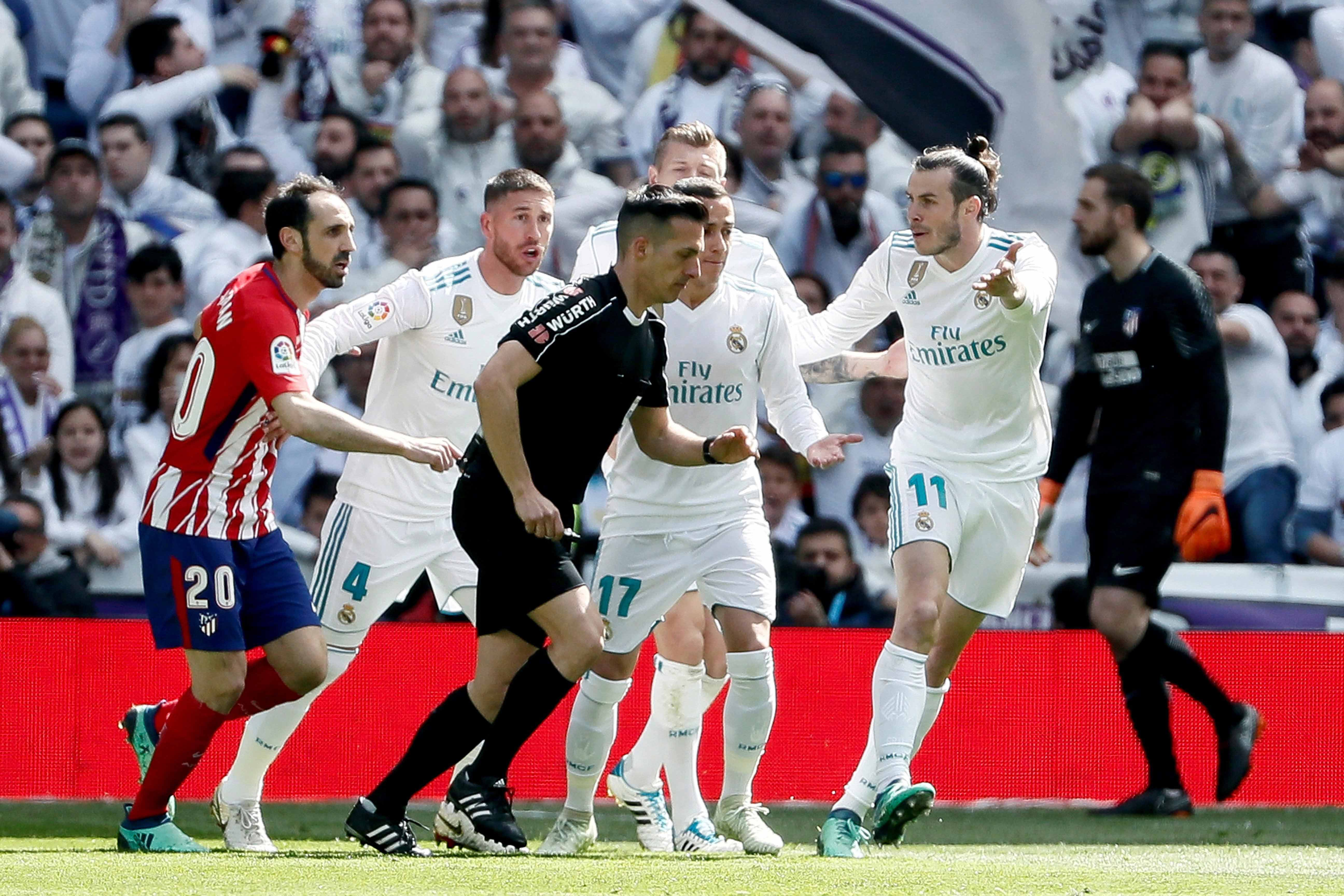 Los jugadores del Real Madrid protestan al árbitro