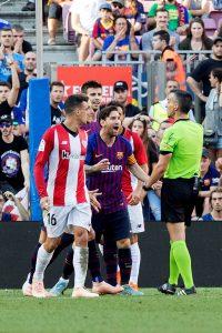 Messi discutiendo con el árbitro