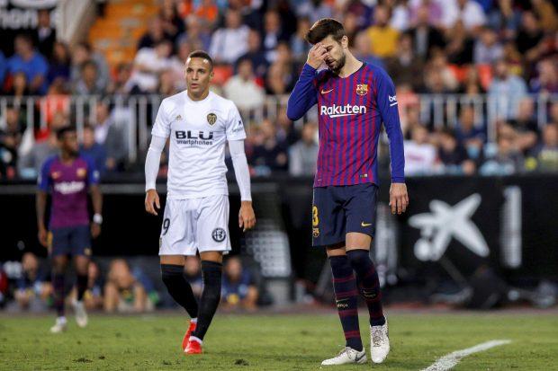 Piqué se lamenta en el partido ante el Valencia. (EFE)