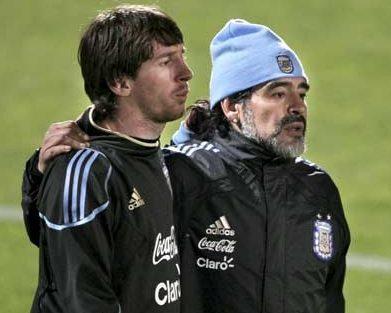 Leo Messi y Diego Armando Maradona en una imagen de archivo del Mundial 2010. (EFE)
