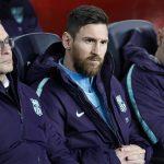 Leo Messi, en el banquillo del Camp Nou durante el clásico. (EFE)
