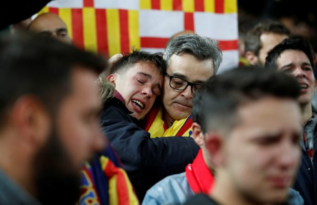 Hinchas del Barça, decepcionados con la derrota de su equipo en Anfield. (Action Images)